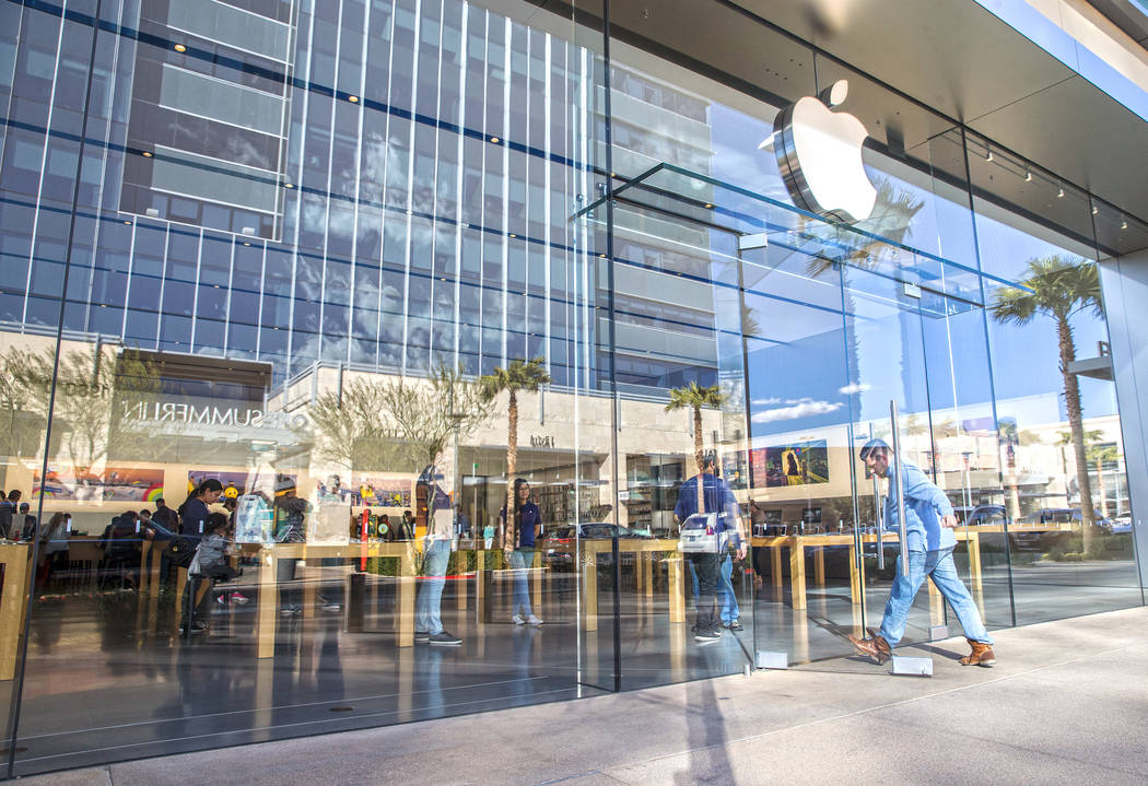 Shoppers take advantage of a mild afternoon to shop at the Apple Summerlin store at Downtown Summerlin shopping center Feb. 28, 2017. (Benjamin Hager/RJNewHomes.Vegas)