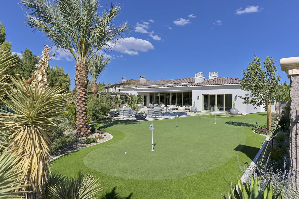 The putting green. (Nartey/Wilner Group, Simply Vegas)